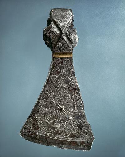 Vikingeøkse fra Mammen. I graven ved Mammen i Jylland, blev en stormand begravet i vinteren 970-71 e.Kr. Med sig fik han bl.a. sin kostbare dragt, en pragtøkse med indlagt sølvdekoration og et stort vokslys. Mammengraven