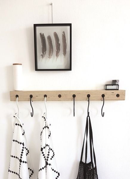 Oerdegelijk stoere houten kapstok met zwat wit S haken van DEENS.NL eigen label.