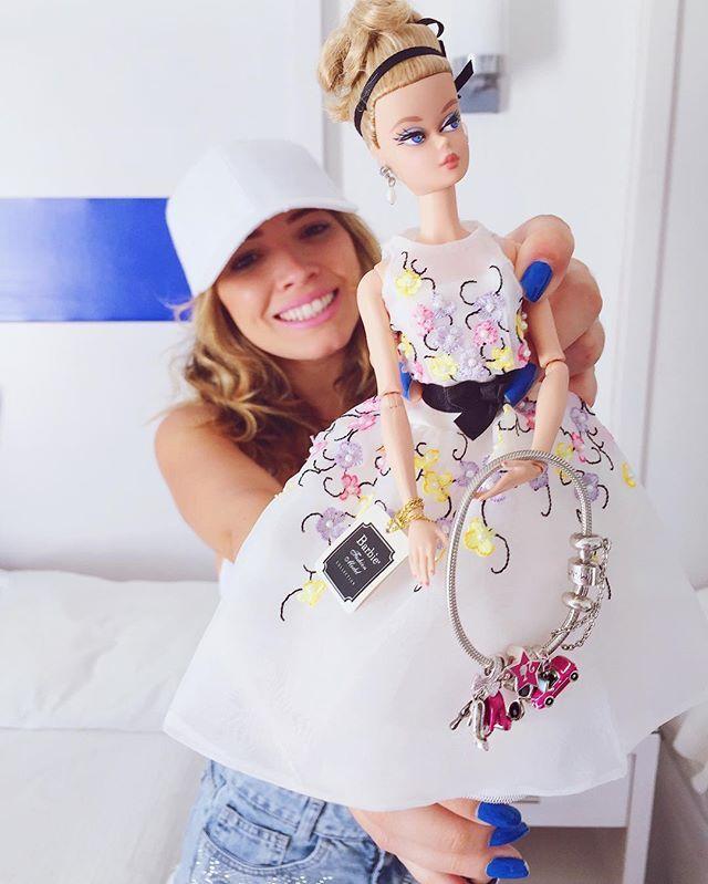Meninas a @montecarlojoias me convidou para um sorteio especial de natal! (🙅🏼💕) Nós vamos presentear a vencedora com a exclusiva Barbie Collection que ainda está dentro da caixa + uma pulseira cheia de charms da coleção #barbiemontecarlo! 😁💭👉🏻 Para participar é só entrar no perfil deles, procurar a última foto OFICIAL da boneca e seguir as regrinhas! BOA SORTE!! ✨✨✨ #barbie #montecarlo #publi #charms