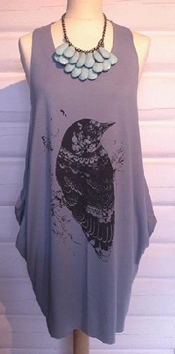 Kjempekul kjole eller tunika med stort fuglemotiv. Nydelig gråblå farge - SÅ fin med statemnetsmykke og glamsandaler fra Farmhousedesign :)