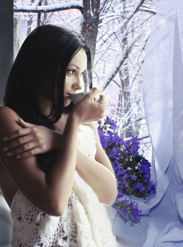 Анимация Девушка, закутавшись в одеяло, пьет горячий кофе возле зимнего окна, гифка Девушка, закутавшись в одеяло, пьет горячий кофе возле зимнего окна