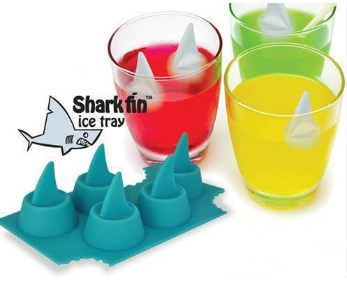 Gelo no formato da barbatana do tubarão.