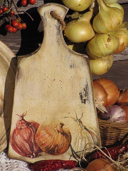 Купить или заказать Набор в стиле кантри  'Oignon' в интернет-магазине на Ярмарке Мастеров. В набор входит:горшочек для хранения лука или чеснока , доска разделочная , солонка для соли 4, тарелка . Каждую работу можно приобрести…