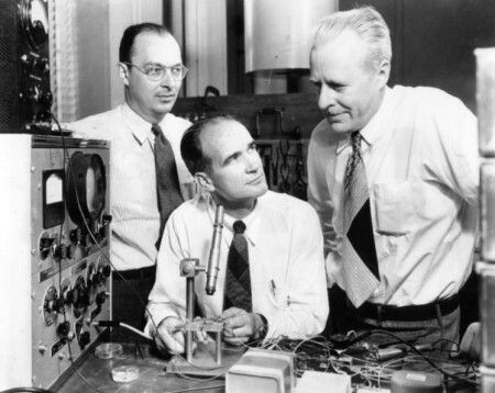 John Bardeen (1908-1991), William Shockley (1910-1989) and Walter Brattain (1902-1987) at Bell Labs in 1948.