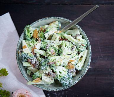 En underbart krämig sallad med bacon, broccoli och mandel. Salladen går snabbt att laga och du serverar den som tillbehör till grillad ryggbiff och färskpotatis. Eller varför inte på buffébordet.