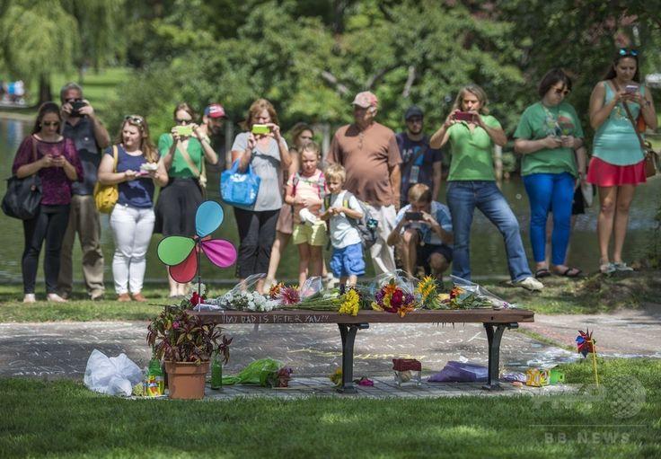 映画『グッド・ウィル・ハンティング/旅立ち(Good Will Hunting)』に登場したことで有名になった米ボストン(Boston)市内のベンチを訪れ、同映画に出演したロビン・ウィリアムズ(Robin Williams)さんの死を悼む人々(2014年8月12日撮影)。(c)AFP/Getty Images/Michael J. Ivins ▼13Aug2014AFP|ベルトで首つり、手首に傷も… 急死のロビン・ウィリアムズさん http://www.afpbb.com/articles/-/3022947