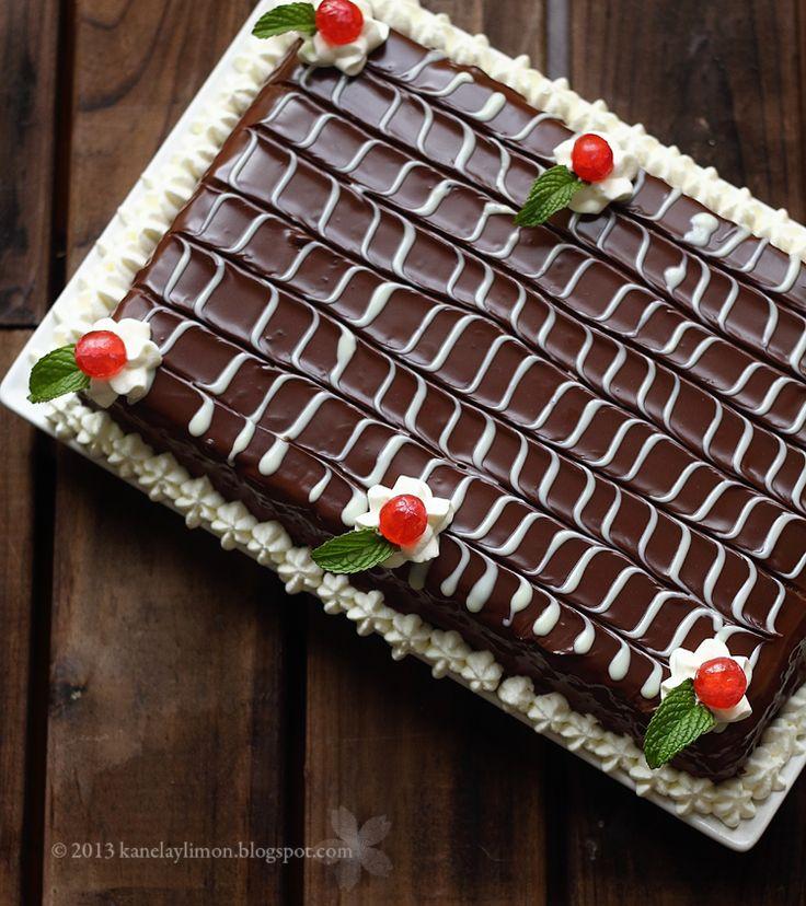 Ingredientes:   Galletas cuadradas  Leche  Azúcar  Mantequilla  Nata   Canela en rama  Piel de un limón   Chocolate para fund...