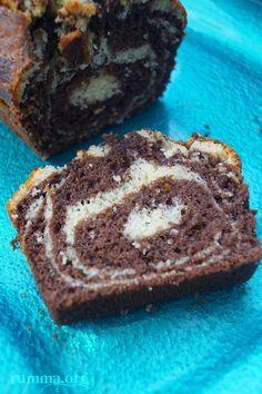 Mozaik kek aslında herkesin bildiği klasik keklerden.Baton kek kalıbında içi yumuşacık oluyor.Pişirirken diğer keklere nazaran daha ağır pişmesi gerekli.İstediğiniz farklı bir kalıpta da uygulamanız mümkün.Bu kahve fincanı ölçüsünü istediğiniz kadar çoğaltabilirsiniz.Ben bazen büyük tepsiler için 5 kahve fincanı ölçüsünü uyguluyorum. Kek kalıbında mozaik kek için gereken malzemeler: 2 adet yumurta 2 türk kahve fincanı şeker …