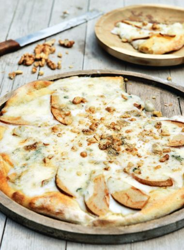 Pizza with gorgonzola, pears and walnuts
