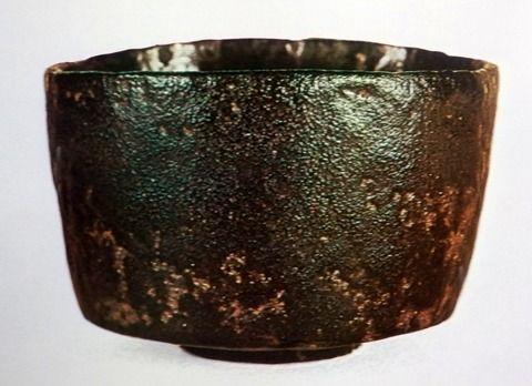 数寄者手帳 本阿弥光悦|freemlより 黒楽茶碗無銘 個人蔵 「七里」によく似通った黒楽。相変わらずの刀剣の持つ曲線美に似たこの茶碗の持つ曲線には感心します。黒釉が所々剥げており、それがこの茶碗の持つ味を醸し出しています。