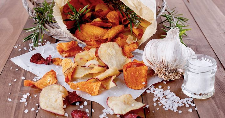 Gemüsechips sind die perfekte Snack-Alternative. Wir verraten, wie ihr die gesunden Knabbereien selbst machen könnt ► auf ELLE.de