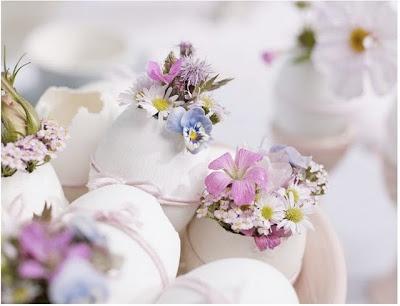 Des mini bouquets de petites fleurs dans des coquilles vides. Idée à retenir pour une décoration de table pour Pâques. œufs - Pâques eggs- Esater Eier - Ostern