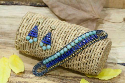 Pulsera y pendientes de piedras naturales (bolas amazonitas y cubos lapislázuli) y tupis bañados en oro swarovski de Nanibe.
