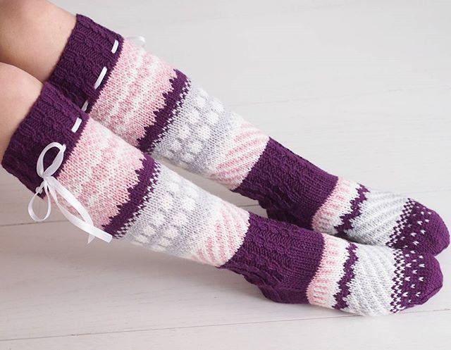 """Näistä """"anelmaisista"""" tuli myös alle polven mittaiset pienillä muokkauksilla! #knit #knitting #villasukat #woolsocks #in..."""