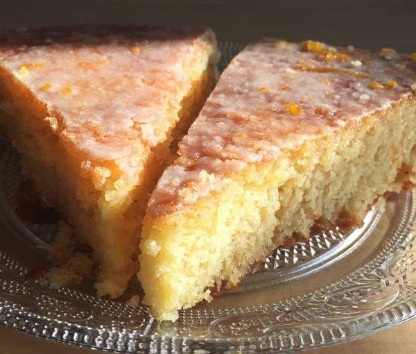Le meilleur gâteau à l'orange n'est peut-être pas celui que vous croyez ! Cette recette inspirée du gâteau à l'orange de la mère Blanc est irrésistible...gourmand et beurré comme un quatre quart, avec la douceur d'une nonnette grâce à son glaçage à l'orange,  moelleux comme un gâteau imbibé grâce à son sirop  légèrement kirché, ce gâteau c'est mon petit préféré !
