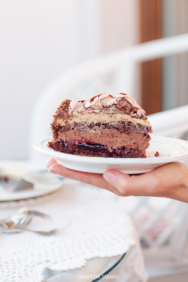 Tort Royal z czekoladową bezą. przełożony czekoladową truflą, kremem z masła orzechowego oraz konfiturą z czarnej porzeczki | kwestiasmaku.com