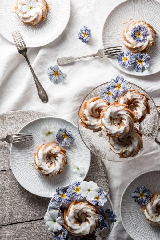 Mein Rezept für die österliche Kaffeetafel: Klitzekleine Heritage-Gugelhupfe mit Nüssen und Joghurt.