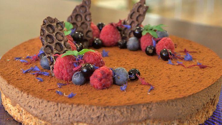 I mai kan vi feire både våren, konfirmasjonsdagar og 17. mai. Då er det på sin plass med ei god kake til dessert eller på kaffibordet. Denne kaka likar alle, nøtter og sjokolade i ein herleg kombinasjon. Foto/redigering: Stine Kyrkjebø Johansen, NRK
