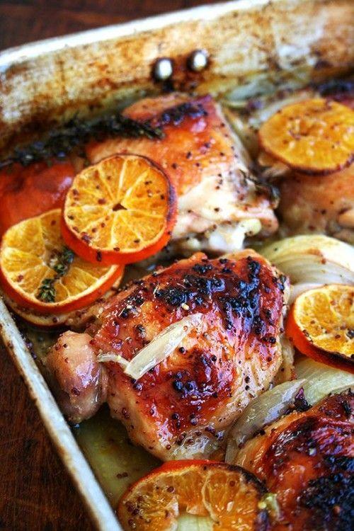 Gerichte, die man in den Backofen schieben kann, sind gut geeignet für Einladungen. Für dieses einfache Gericht schneiden Sie ein oder je nach Gästezahl zwei Poulets in Portionen. Würzen Sie die Pouletstücke mit Salz, Pfeffer und ein wenig Zimt. Schneiden Sie Orangen und einige Schalotten in Scheiben und verteilen sie in einer Backform. Legen Sie die Pouletstücke dazu.