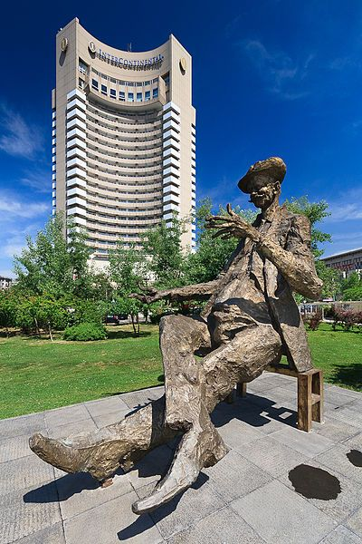 File:Statuie Caragiale - Hotel Intercontinental.jpg
