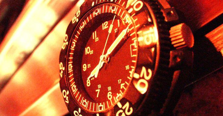 Cómo verificar un reloj G-Shock original. Debido a su popularidad, los relojes Casio G-Shock a menudo son duplicados y se venden en eBay, sitios de compras en línea y centros comerciales. Los sitios web como Cheap G Shock engañan a clientes incautos para tomar su dinero. Estas réplicas están diseñadas para verse igual que los originales hasta el punto de que sus diferencias no son ...