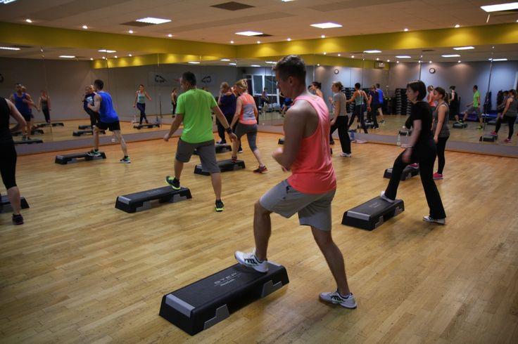 """STEP - zajęcia choreograficzne z wykorzystaniem platformy zwanej stepem. Step należy do najbardziej lubianych i najpopularniejszych zajęć aerobowych na świecie. Podczas zajęć """"Step"""" można zmierzyć się z dużą ilością różnych kombinacji ruchowych co sprawia, że trening na stepie to wspaniała zabawa dla każdego."""