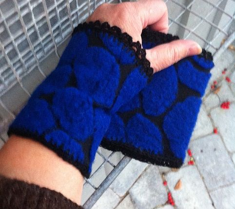 http://epla.no/handlaget/produkter/746829/ Wrist warmers in delicious blue wool formed as circles on cotton.