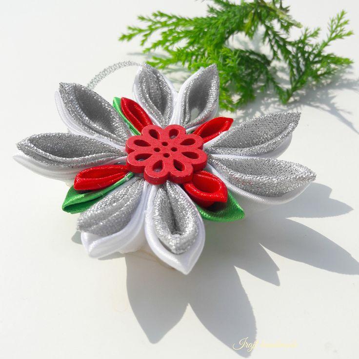 Nestudím+Sněhová+vločka+vyrobená+technikou+kanzashi+ze+saténových+stuh.+Tato+vločka+je+kombinací+bílé,červené,zelené+a+stříbrné..+Dozdobena+je+dekorativní+červenou,+dřevěnou+kytičkou.+Průměr+vločky+je+9cm.+Cena+za+1kus!+>