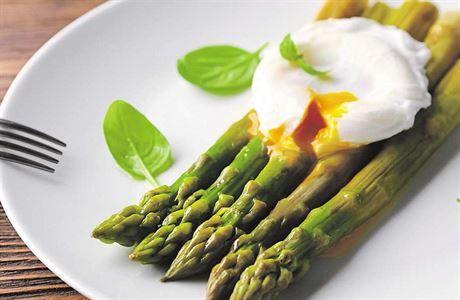 Chřest, zastřené neboli pošírované vejce a holandská omáčka. Všechno to je skvělé samo o sobě, ale teprve ve vzájemné kombinaci tyhle tři suroviny doslova zazáří. Sezona zelených a bílých výhonků je u konce, rozloučit se s nimi můžete třeba lahodným salátem.