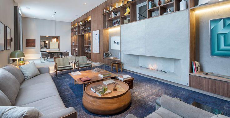O espaço de 92 m², assinado pelo escritório Anexo Arquitetura, foi inspirado em um casal antenado com o mundo moderno e apreciador de arte e fotografia. O trio aposta na mistura de texturas e elegeu o veludo na cor verde como a forte tendência do living e sala de jantar.