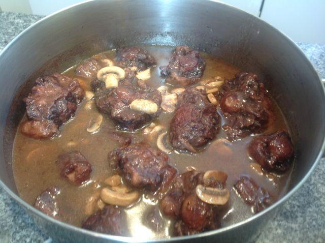 El Forner de Alella y Carmen prepararán un delicioso Estofado de Rabo de Buey a la Bourguignon macerado con Vino Tinto y guisado a fuego lento. Es un plato exquisito, que hará las delicias de vuestros invitados