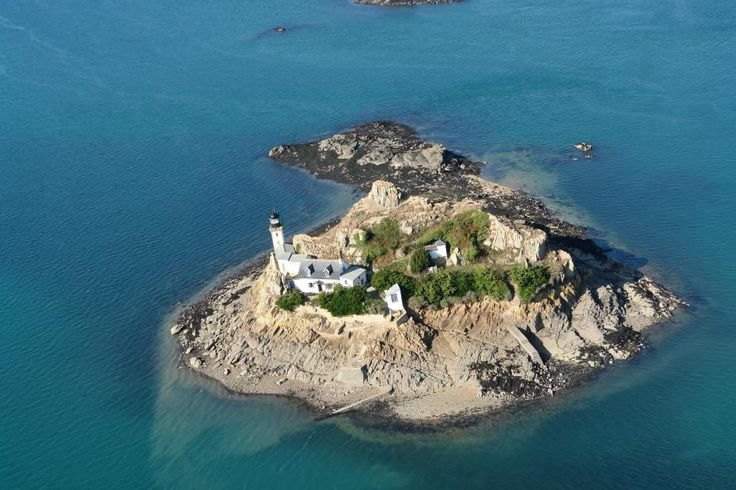 Curious about #island life? Read how to #rent this secluded #cottage http://www.tourisme-morlaix.fr/like-a-Lighthouse-keeper-on-Ile.html… #Morlaix #holiday #bzh
