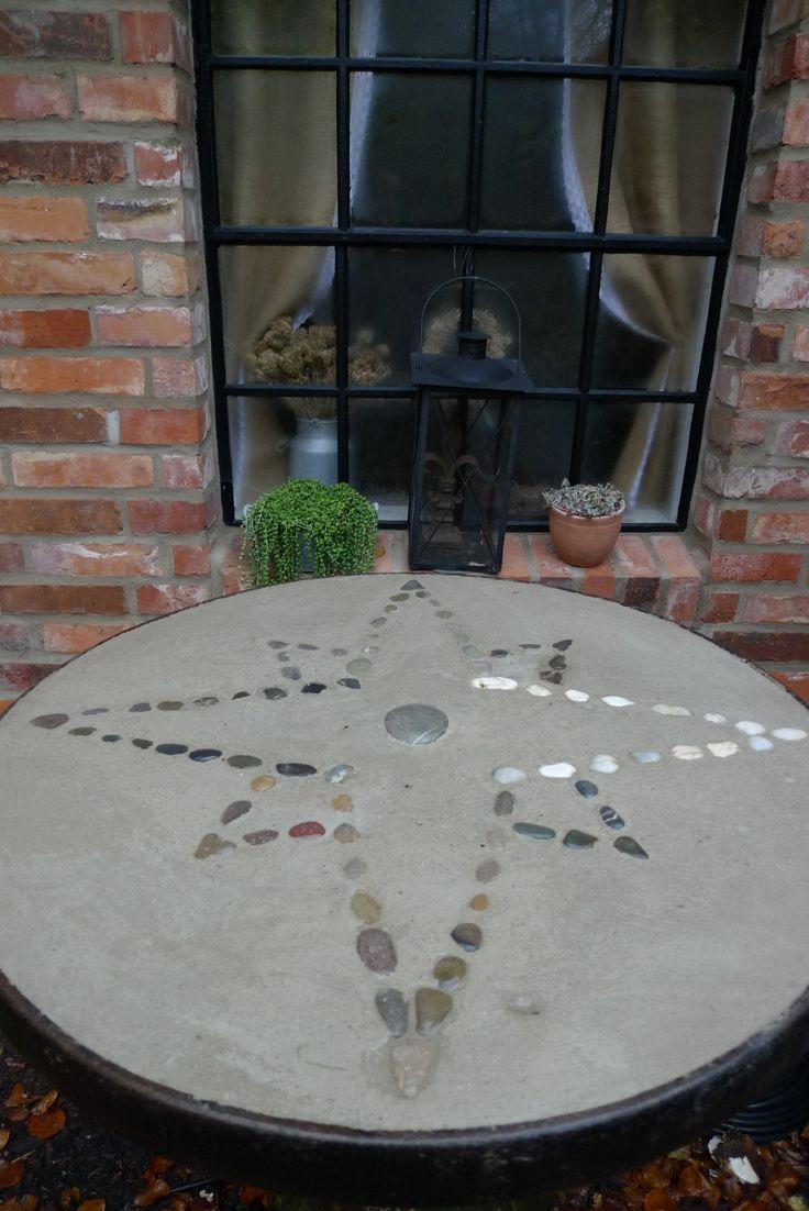 Den äußeren Stahlreifeines Wagenrades mit 75 cm Durchmesser hatte ich vom Schrottplatz geholt, um eine Tischplatte herzustellen. ZurStabilisierung hatte mein Mann ein paar Moniereisen hineingeschweisst. Diesen Eisenring legten wir auf eine OSB-Platte, rührten eine 3:1 (3 Teile Sand, 1 Teil Zement) Beton-Mischung an und füllten diese bis an den oberen …