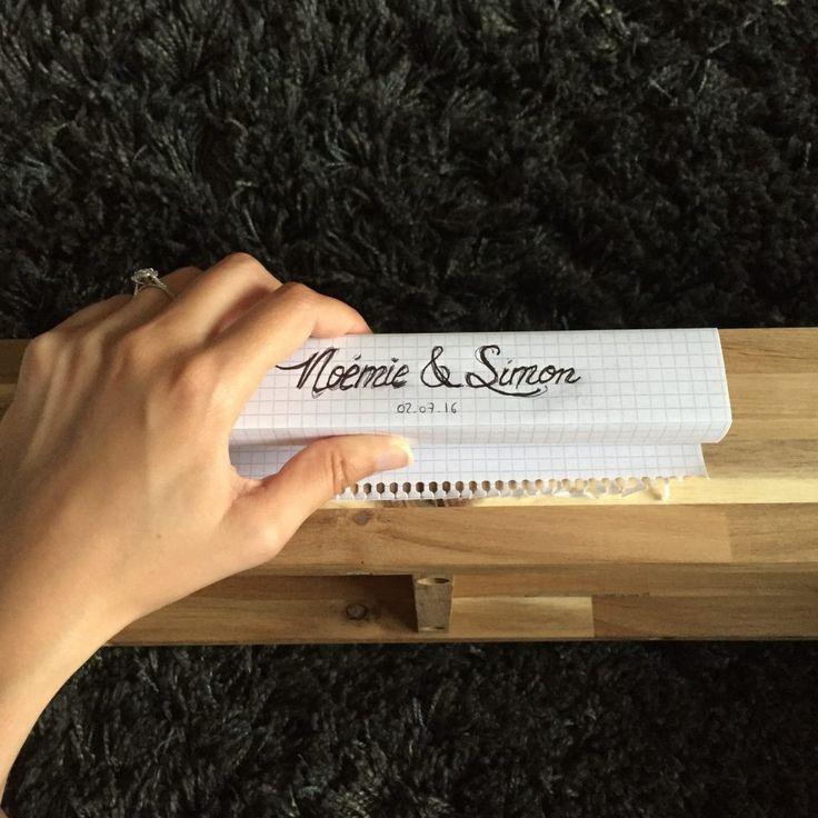 Dans la série des DIY mariage, voici le tutoriel qui m'a été le plus demandé : comment reproduire un texte sur du bois. On pourrait croire que c'est pyrogravé ou imprimé, mais que nenni : c'est dessiné ! Et ce n'est pas si compliqué. Pour notre mariage, j'ai utilisé cette technique pour une flopée de détails déco : un panneau de bienvenue, le plan de table, des pancartes pour présenter les différentes activités, le banc de la cérémonie, et enfin les cintres en bois sur les...