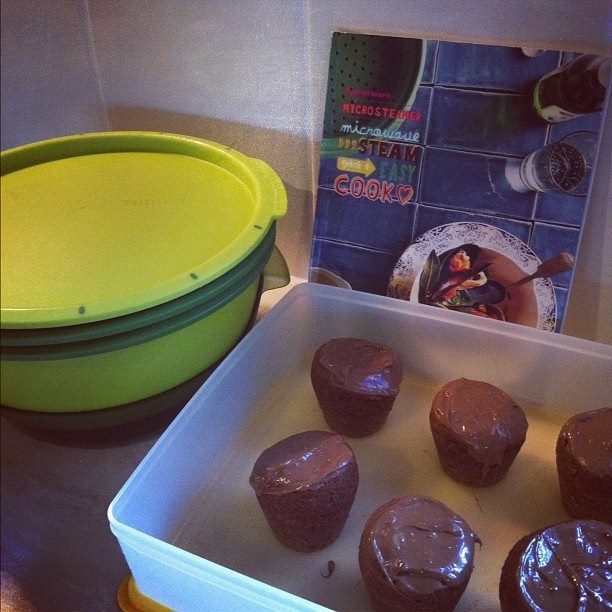 Cooking with Tupperware - Chocolate mudcakes made in the Tupperware Microsteamer! Amazing!