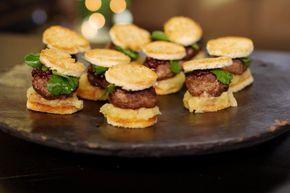 Zelfs een kleine hamburger kan omgetoverd worden tot een verfijnd warm hapje. Dit is een recept voor mini-burgers van wildgehakt, met een zoetzure appelcompote, wat veenbessenconfituur, frisse waterkers en geserveerd tussen twee krokante rondjes getoast brood. De basis-vleesbereiding van de kleine burgers is ook geschikt voor wie zelf een gourmetschotel samenstelt.