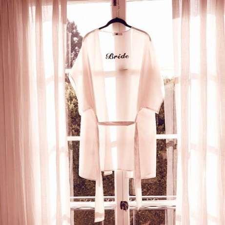 """269 zł: Sprzedam piękny szlafrok dla panny młodej z wyhaftowanym napisem """"Bride"""", amerykańskiej firmy For Love & Lemons. Rozmiar uniwersalny.  Pięknie się prezentuje. Jeśli panna młoda planuje zdjęcia rozpo..."""