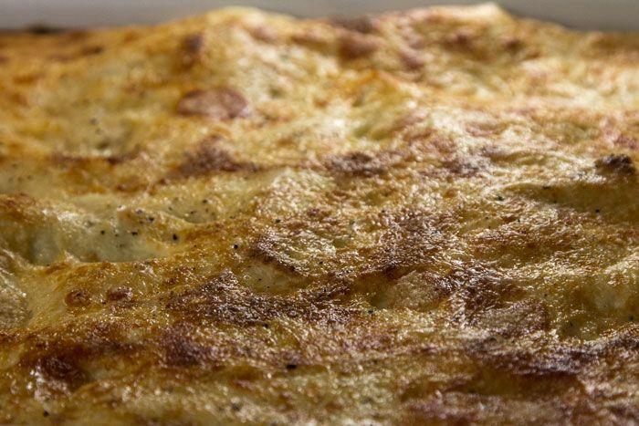 Μάθετε την ιστορία και την αυθεντική συνταγή της σάλτσας μπεσαμέλ, που ετοιμάζεται εύκολα στη κουζίνα σας σε 10'