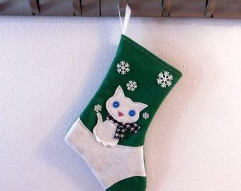 Haga que su Navidad sueños con las medias de Navidad originales, hecho a mano por Allenbrite Studio! Hemos encantado los niños, mascotas y adultos incluso gruñón con nuestras medias en Etsy por más de 9 años; ¿no es tiempo que se unió a la diversión y compra tuya?  DISEÑO: blanco y negro gato  TAMAÑO: 14.5 x 9,5 con un lazo de cinta de 2. (37 x 24 cm con un lazo de cinta de 5 cm).  COLOR: Se muestra en púrpura, pero podemos hacerlo en cualquiera de los colores que se muestran.  MATERIALES…