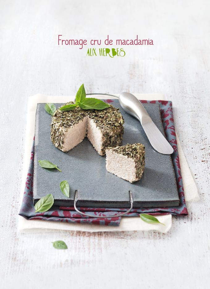 Fromage cru de macadamia aux herbes - Raw macadamia cheese with herbs.