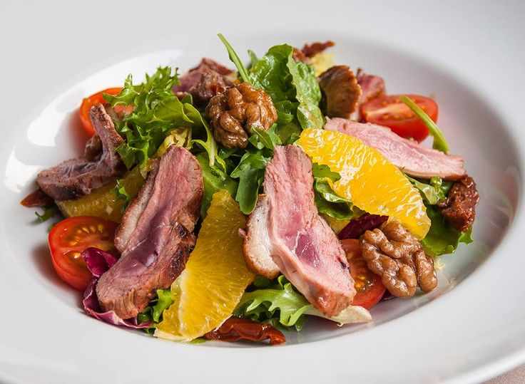 Вкуснейший салат с утиной грудкой, апельсинами и вялеными томатами https://www.facebook.com/photo.php?fbid=673793282640505&set=pb.305645832788587.-2207520000.1384309258.&type=3&theater