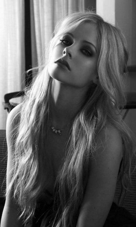 Avril Lavigne can look so tough when she wants to