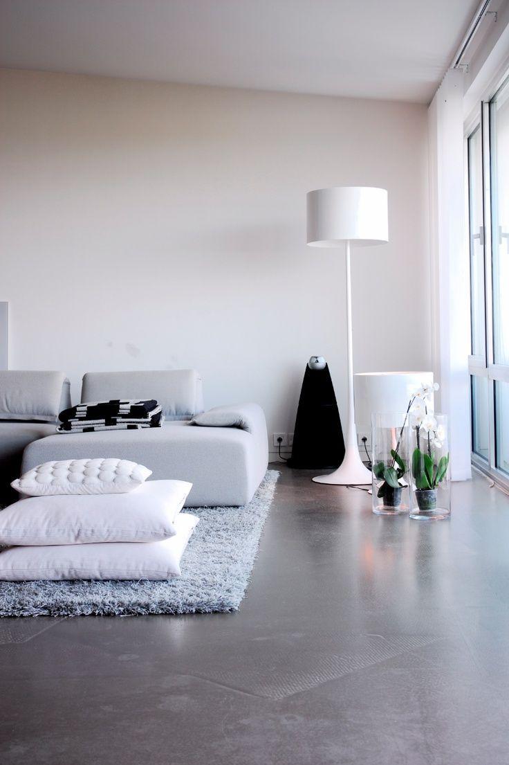 Sala de estar simples decorada com piso de cimento queimado