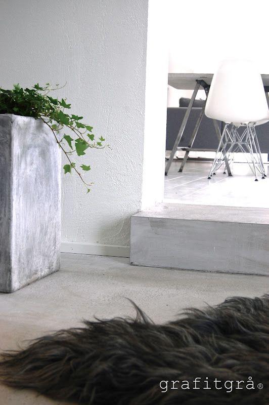 Den fina kontrasten mellan de vita plankgolven ner till vårt mindre allrum bryts av det fina betongsteget som sedan fortsätter med ett ...