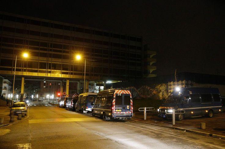 VIDÉOS - La nuit a été globalement calme à Aulnay-sous-Bois, après l'appel à l'apaisement lancé mardi par Théo depuis son lit d'hôpital. Mais des incidents ont eu lieu dans d'autres communes du 93, dont une tentative d'incendie d'un poste de police à Tremblay.