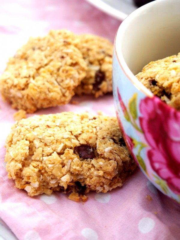 Kikärtorna ersätter fettet i kakorna. Småkakor 10 st 100 gram kikärtor, konserverade 4 msk mandelmjöl 2 msk riven kokos 2 msk kokosmjöl 3 msk sötströ ca 4 droppar bittermandelarom 20-30 gram grovhackad choklad (sockerfri) Sätt ugnen på 175 grader  Sätt ugnen på 175 grader. Tvätta kikärtorna.  Mixa samman alla ingredienser, förutom choklad.  Blanda sist ner (med sked/händer) grovhackad choklad.  Forma kakor på en plåt med bakplåtspapper. Grädda mitt i ugnen i ca 15-20 minuter (ti