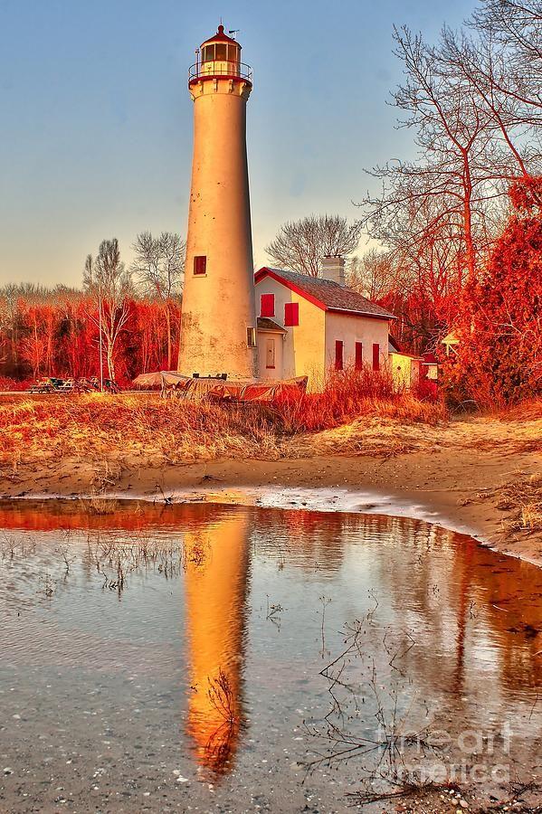 Faro de la punta del esturión en la orilla del lago Huron en Michigan