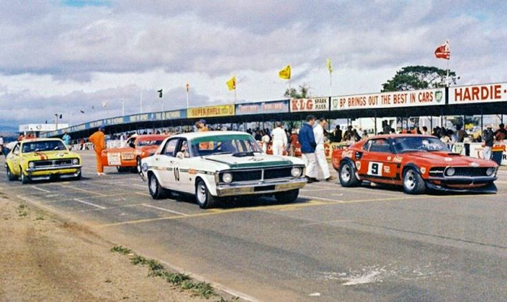 Pete Geoghegan, Ford Falcon GTHO and Allan Moffat, Ford TransAm Mustang on the 1972 ATCC Bathurst grid...