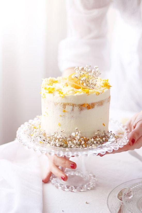 La receta de hoy no puede ser más veraniega e ideal para estos días tan calurosos. Se trata de un pastel compuesto por dos bizcochos súper jugosos de naranja con chocolate blanco. Tan jugosos son los