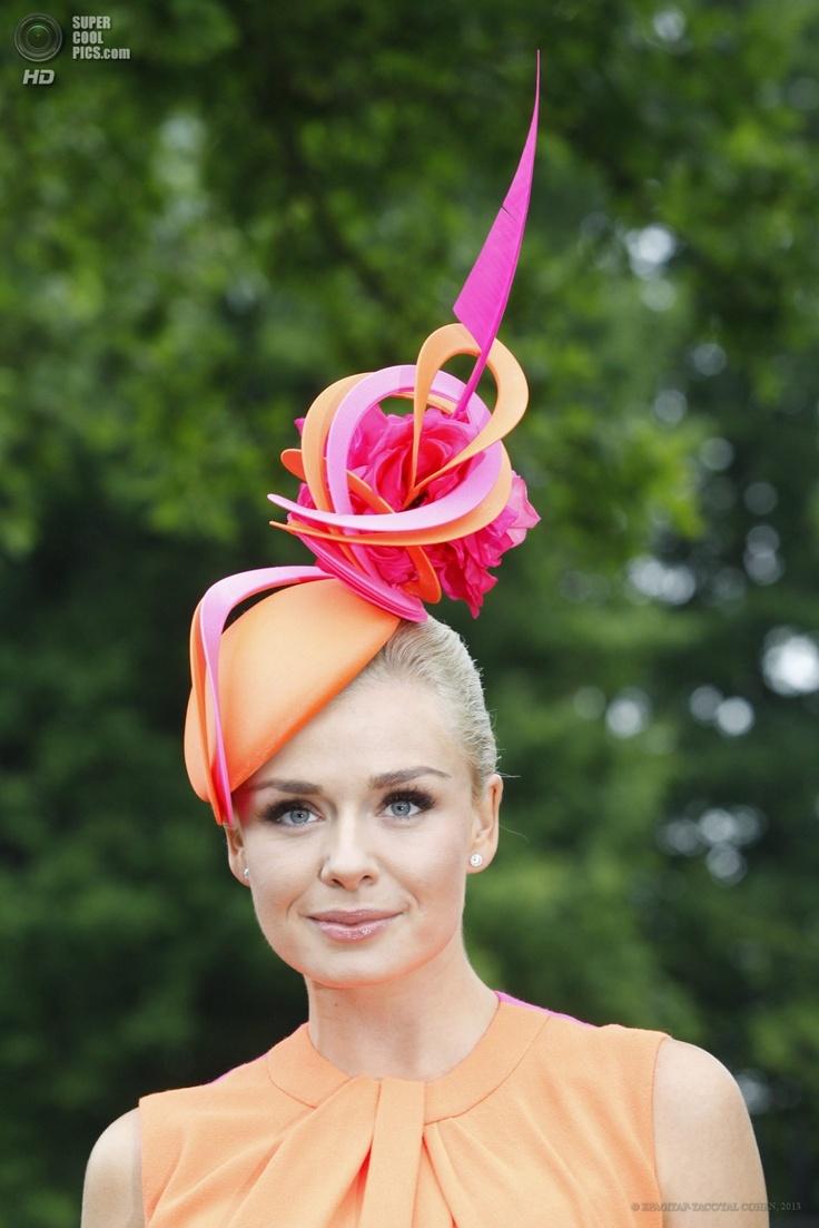 Great Britain. Ascot, Berkshire. June18. Katrine Jenkins, the singer demonstrates her artistic hat.  Великобритания. Аскот, Беркшир. 18 июня. Певица Кэтрин Дженкинс на открытии «Royal Ascot».